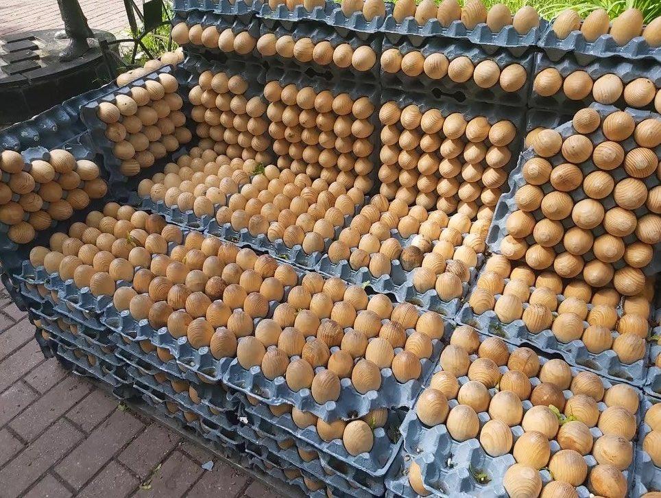 """Отдых и массаж. В Киеве заметили необычную скамейку с """"яиц"""""""